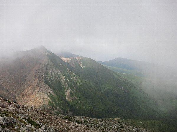 茶臼岳から朝日岳を望む