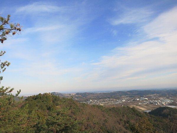 冨士山頂上(栃木県宇都宮市)から男抱山の頂上を望む