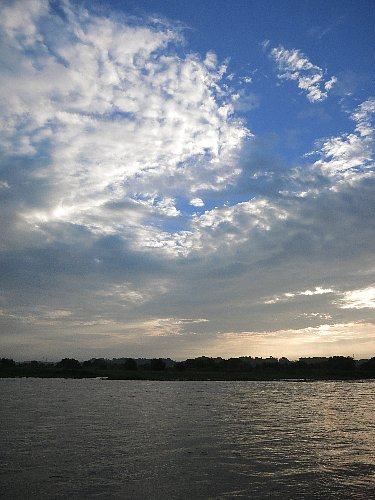 増水した鬼怒川の早朝