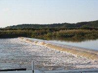 増水した請戸川のヤナ付近