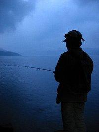 中禅寺湖でたたずむ長男
