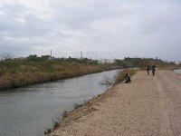 支流でサーモンを釣っている餌釣りの人