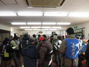 東古屋湖解禁前調査・説明を聞く参加者