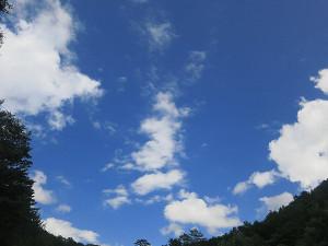 鬼怒川上流の渓流の青空