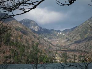 湯ノ湖から見た雪の金精峠