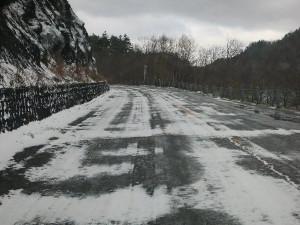 菅沼付近の雪の路面