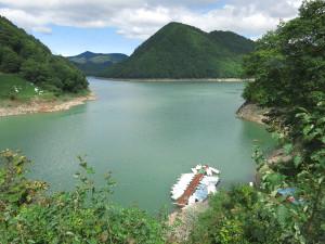 大雨後のモスグリーンの川俣湖