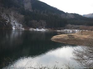 東古屋湖・キャンプ場前