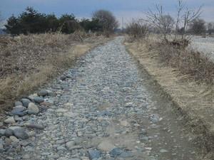 川沿いの砂利道