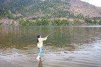 湯ノ湖でルアーをキャストする長女