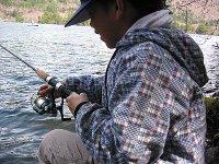 2005年5月8日、湯ノ湖でルアーをする長男