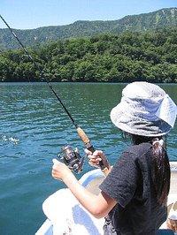 丸沼でルアーでニジマスを釣っている長女(小5)