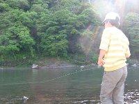 那珂川でルアーをキャストする長男