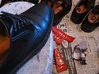 革クリームで靴磨き