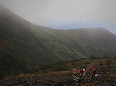 強風の峠の茶屋手前の登山道