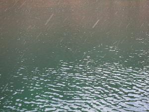 小雪舞い散る五十里湖