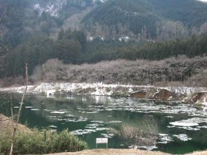東古屋湖・東古屋橋下流の氷