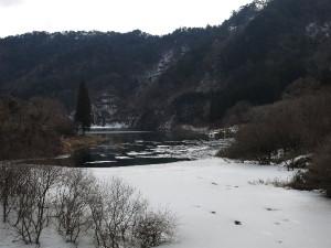東古屋湖・東古屋橋下流の再上流の氷結部分